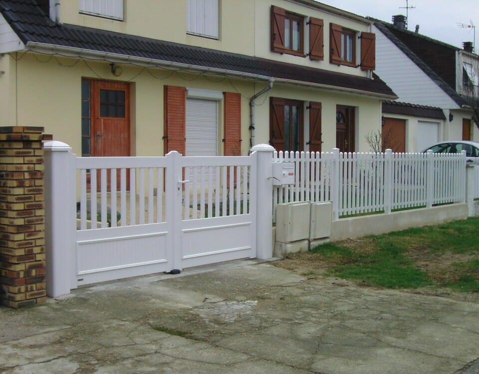 Portail et clôture blanche