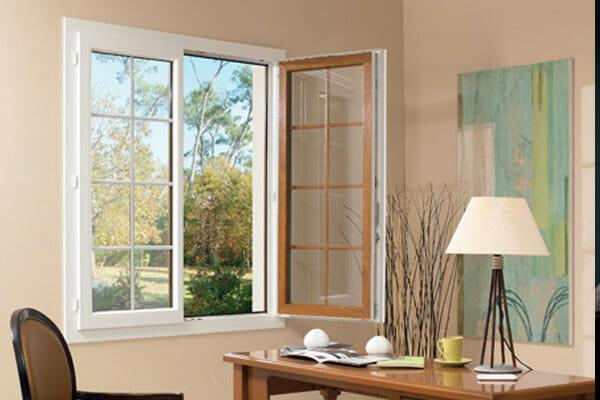 Exemple d'une fenêtre en PVC bi-color blanc et marron chêne doré en extérieur