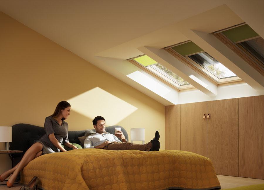 Volet roulant solaire Velux dans une chambre à coucher