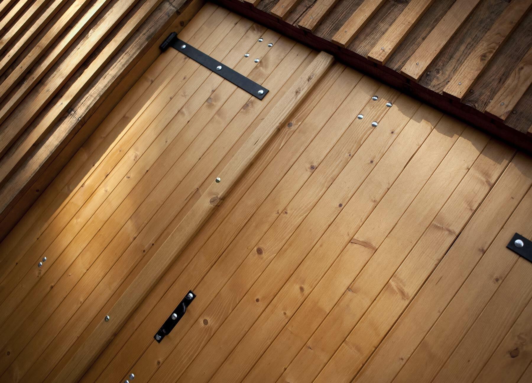 Portillon pour porte de garage en bois