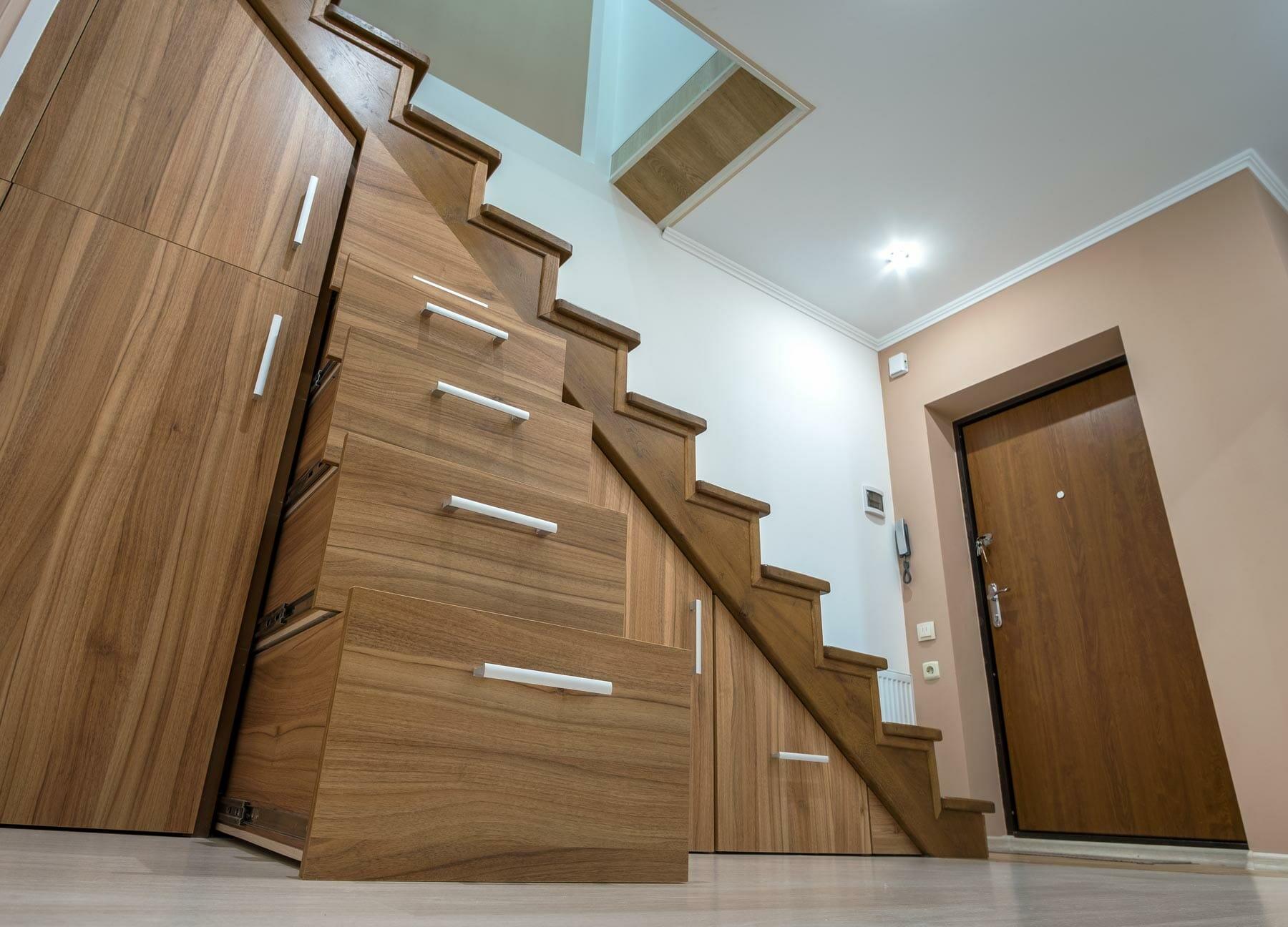 Aménagement sur-mesure sous escalier